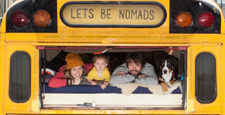 Eine Familie wohnt in einem umgebauten Schulbus. Let's be nomads!