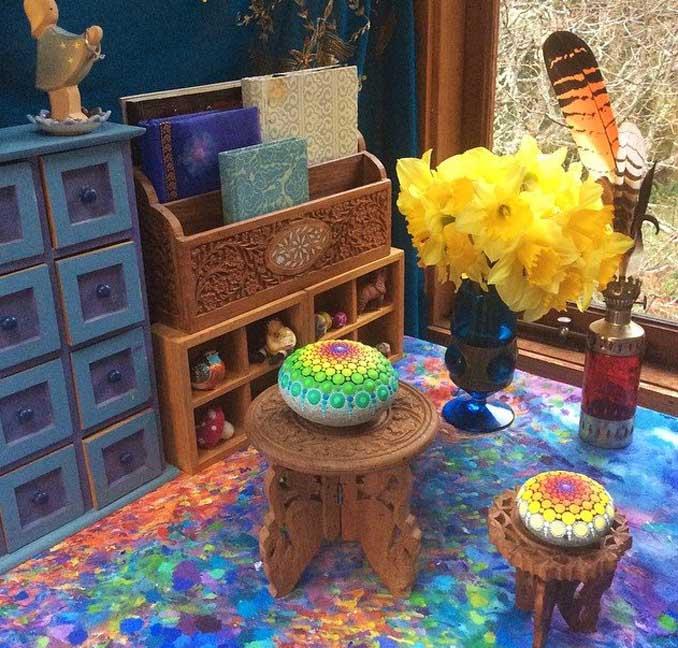 k nstlerin elspeth mclean kreiert bunte mandalas auf steinen. Black Bedroom Furniture Sets. Home Design Ideas