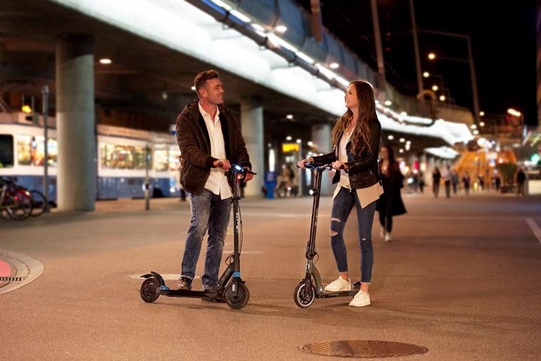 Nachts unterwegs mit E-Scooter