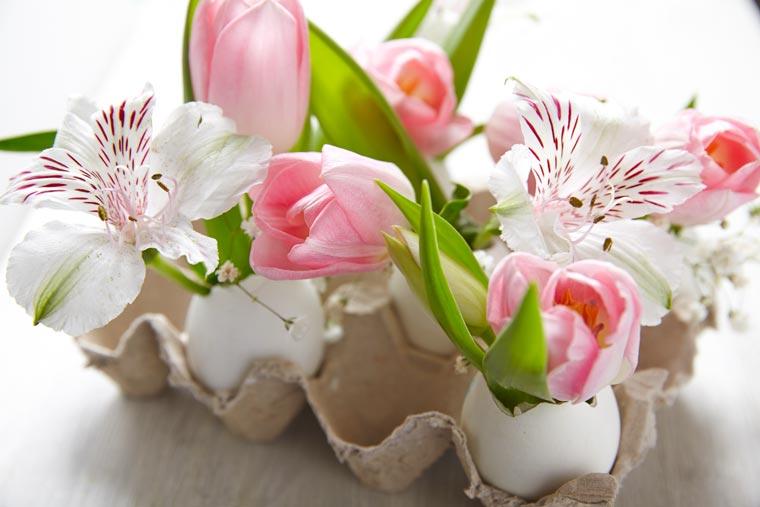 Osterdeko mit Eierschalen und Blumen