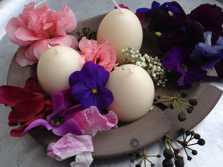 Osterdeko aus Scherben und Blüten
