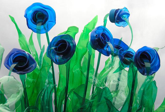 pet flaschen basteln recycel pet flaschen werden upcycling kunst. Black Bedroom Furniture Sets. Home Design Ideas