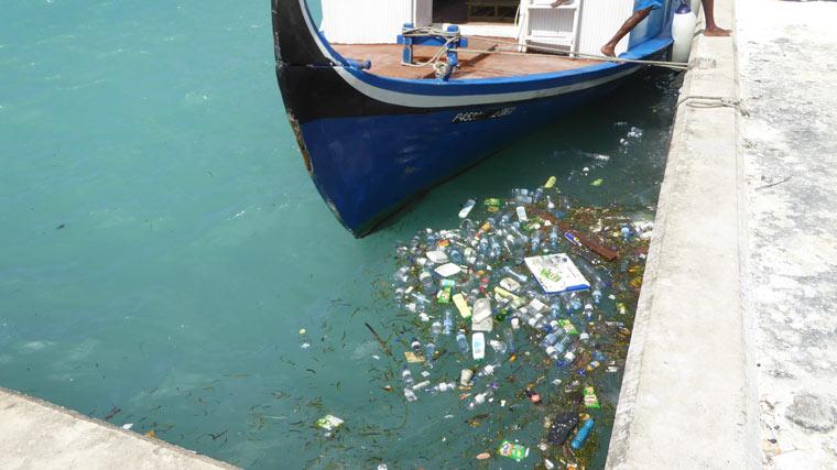 Auf den Malediven wird tonnenweise Plastikmüll angespült
