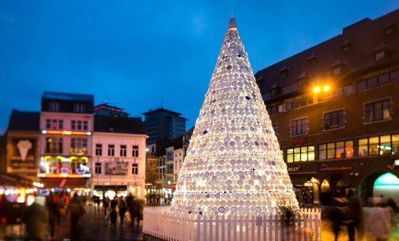 Nicht mehr alle Tassen im Schrank: Ein ungewöhnlicher Weihnachtsbaum