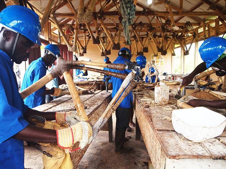 Arbeiter bei der Produktion von Fahrradeinzelteilen.