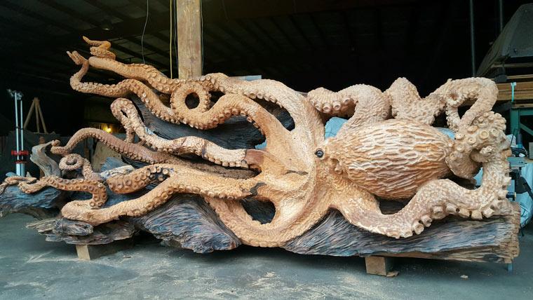 Riesenoctopus aus Holz