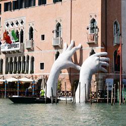 Riesenhände als Symbol gegen den Klimawandel