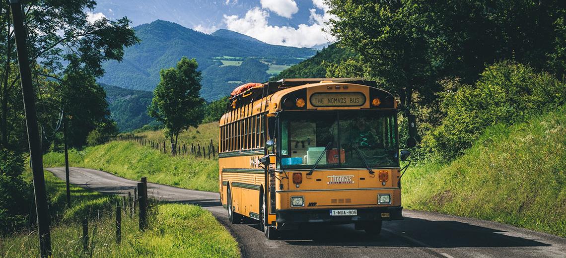 Minimalistisch leben: Familie leb in altem Schulbus