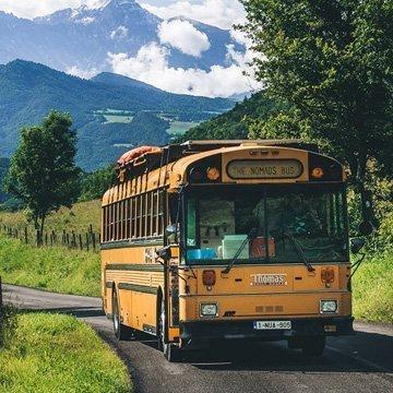 Minimalistisch leben: Familie lebt in altem Schulbus