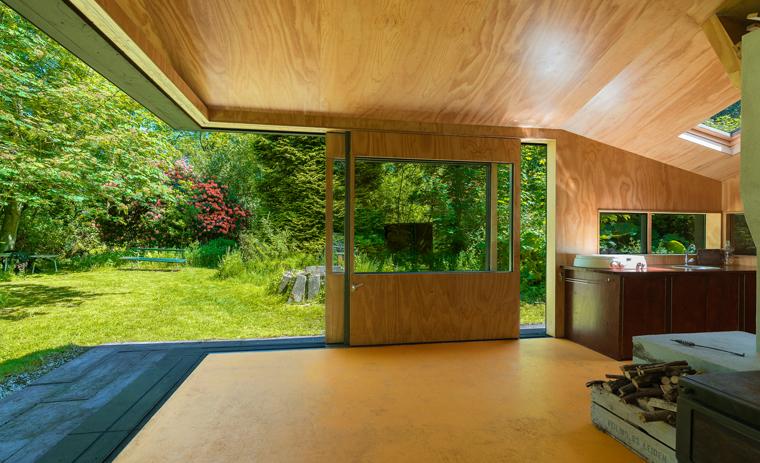 Eine Hütte im Wald: ein Rückzugsort, wo man gleichzeitig drinnen und draußen ist und die Einfachheit genießt...