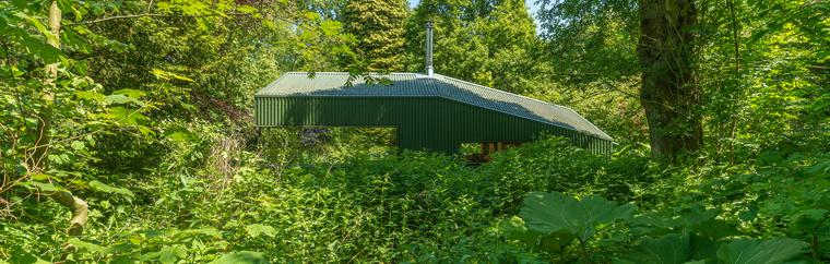 Doch auch in anderer Hinsicht stellt die Hütte keinen nennenswerten Eingriff in die Natur dar: in der Hütte gibt es weder fließendes Wasser noch Strom