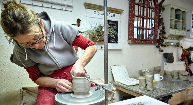 Haben Sie schon mal einer Keramikerin dabei zugesehen, wie sie eine wunderschöne Vase zaubert?