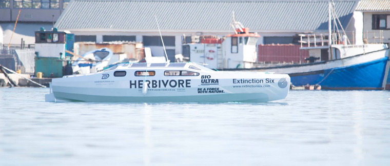 Das Boot der beiden Südafrikaner trägt den Schriftzug ?Herbivore?, also ?Pflanzenfresser?, und tatsächlich ist hier der Name Programm. Davey du Plessis und seine Mutter sind (Roh-)Veganer