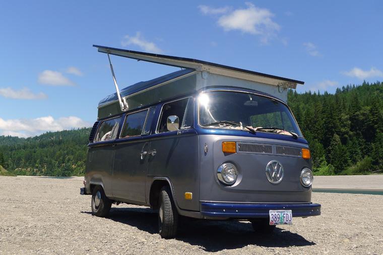VW-Bus Elektroauto lädt sich selbst auf.