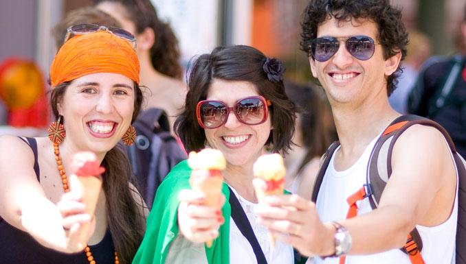 Besucher des vegan street day essen eis