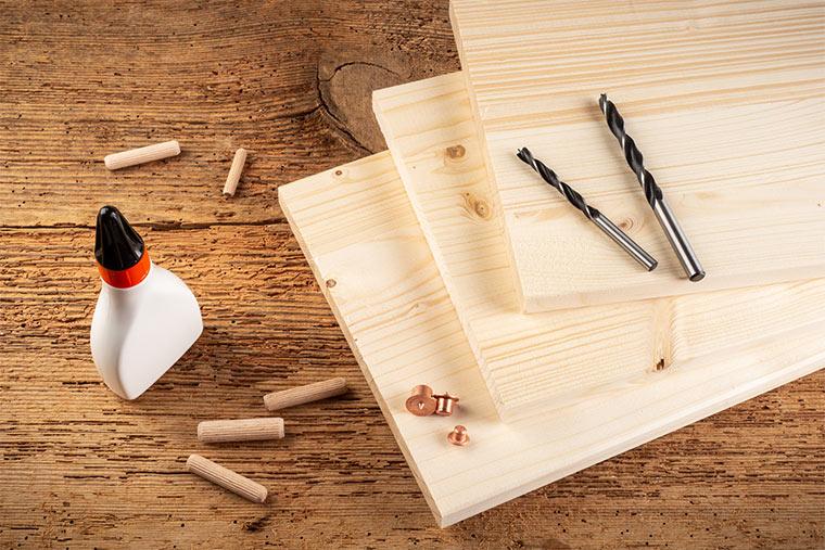 Werkzeug und Materialien für ein Holzregal