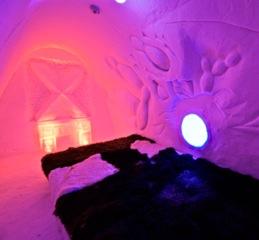 Auch ein pink beleuchtetes Zimmer gibt es im Lumi Linna