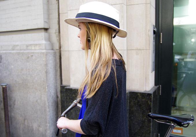 Kein Hut, sondern ein Fahrradhelm stellt das Objekt auf dem Kopf der jungen Dame dar © Bandbox