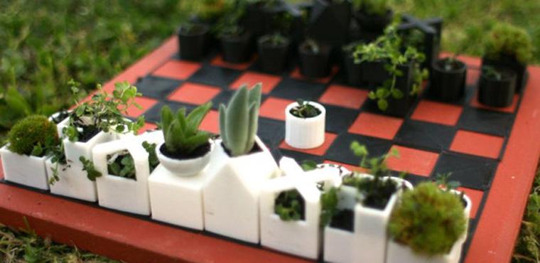 Schachbrett mit bepflanzten Figuren