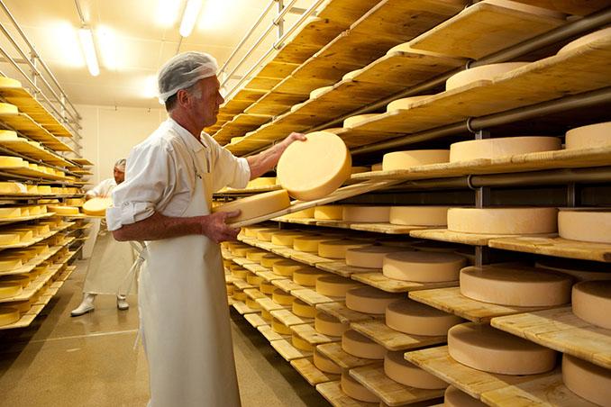 Dem Käser über die Schultern spicken und direkt probieren © Bernhard Bergmann / Kaiserwinkl, Tirol