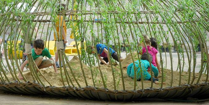 Im Schutze der Weiden lässt es sich gut spielen ©ppag.at