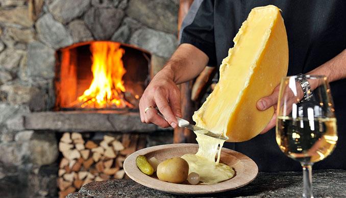 Frischer Raclette Käse mit Kartoffeln. Wir können uns kaum etwas besseres vorstellen © Christian Perret / Luzern Tourismus