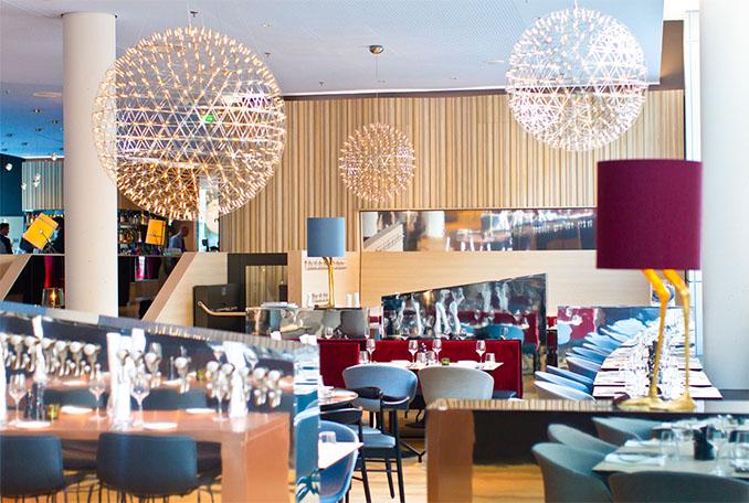 Das Restaurant wirkt lebendig im © Scandic Hotel Emporio