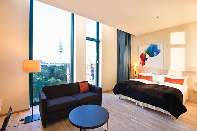 Die Zimmer wirken einladend und aus überwiegend natürlichen Materialien © Scandic Hotel Emporio