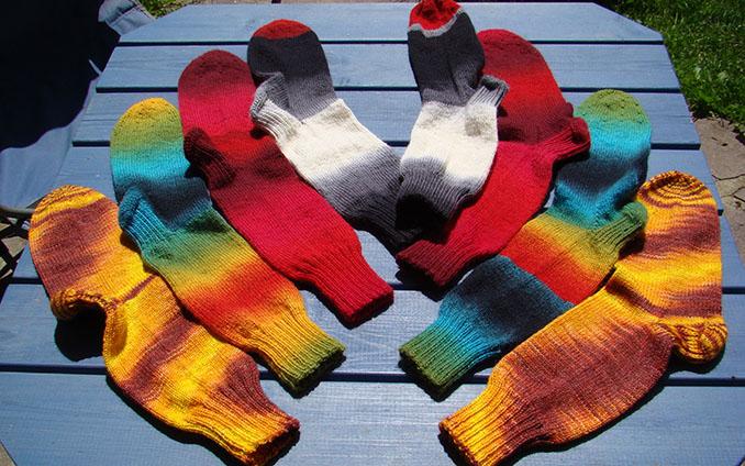 Gegen kalte Füße helfen warme Socken aus gesunder Biowolle. Socken stricken nach einfacher Anleitung.