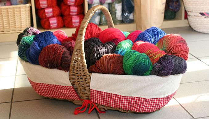 Die Farbauswahl ist schier unendlich und der Wolle sind auch kaum Grenzen gesetzt © Alexandra H./pixelio.de