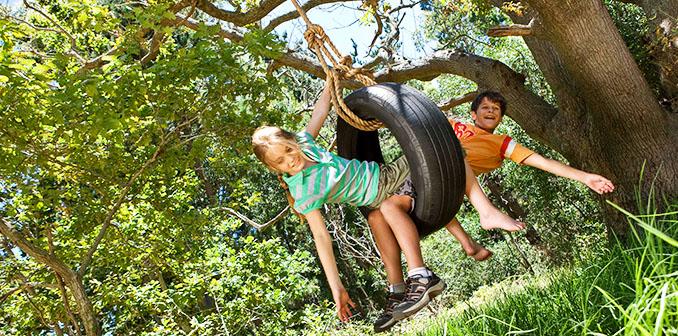 Mit einer Schaukel alleine ist es natürlich nicht getan. Der naturnahe Spielplatz bietet viel mehr zu entdecken © Jupiterimages (Bananastock / thinkstock)
