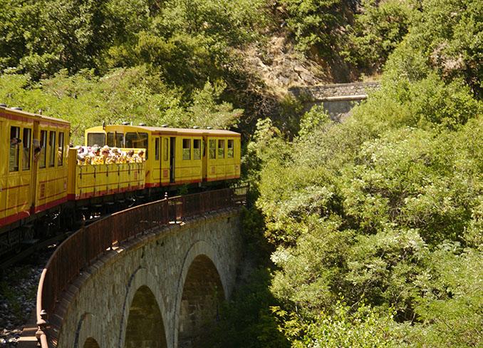 Der Petit Train Jaune rangiert durch die Provence © Ulrich Habbe