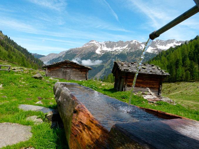 Ein hölzerner Brunnen im Salzburger Land © byPaul (iStock / thinkstockphotos)
