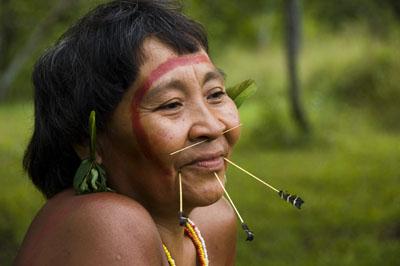 Die Yanomami-Frauen bemalen ihre Gesichter mit natürlichen Farben, durchbohren ihre Lippen und schmücken sich mit Vogelfedern.