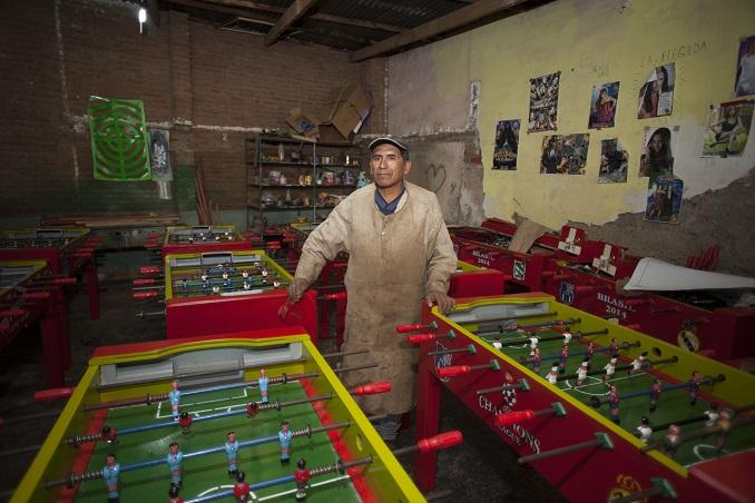 Felix Yucra Cardenas hat es geschaft: Ein erfolgreiches Unternehmen für Tischkicker entsteht dank Mikrokrediten. © Patricio Crooker