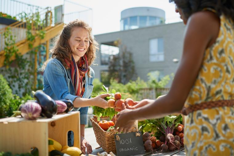 Frau kauft biologisches Gemüse.