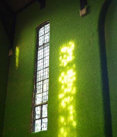 Kirche mit  Graswänden in London