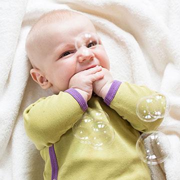 Babykleidung aus Bio-Baumwolle und veganer Seide