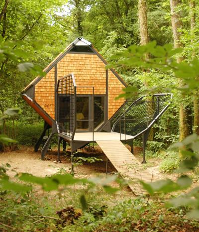 Ökologische Holz-Häuser mitten im Wald