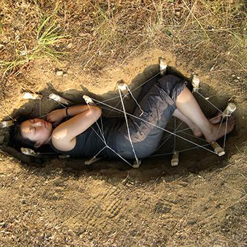 Der Infinity Burial Suit macht Öko Bestattungen möglich