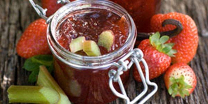 Erdbeer-Rhabarber-Ragout mit Vanille und Créme Brûlee