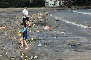 Müll im Meer: Wer möchte an diesem Strand baden?