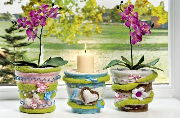 Kunterbunte Blumentöpfe bringen das Frühjahr auf die Fensterbank