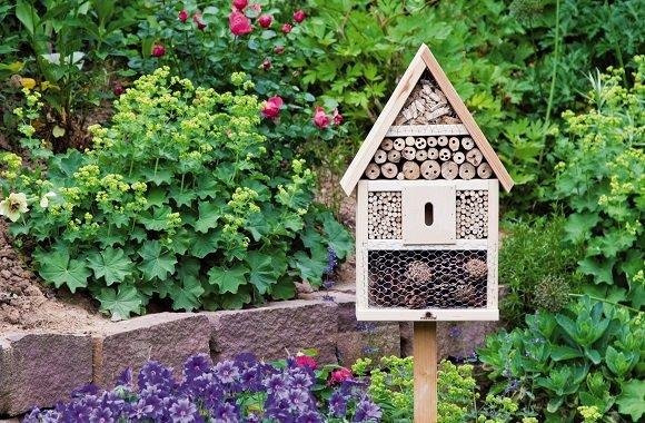 Schönes Insektenhotel für Garten & Balkon bietet Schutz für Bienen, Marienkäfer & Co.
