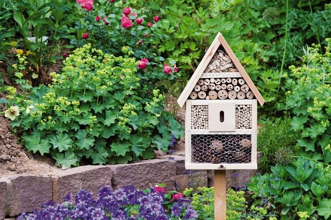 Insektenhotels helfen nicht nur Tieren, sondern verschönern auch den Garten. ©Neudorff