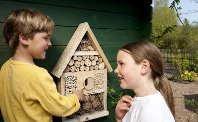 Kinder lernen mit dem Insektenhotel. ©Neudorff