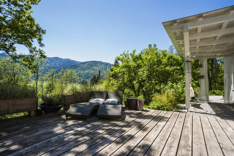 Terrasse mit Gartenstühlen