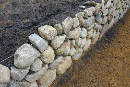 Trockenmauer selber bauen und etwas für die Artenvielfalt im Garten tun.