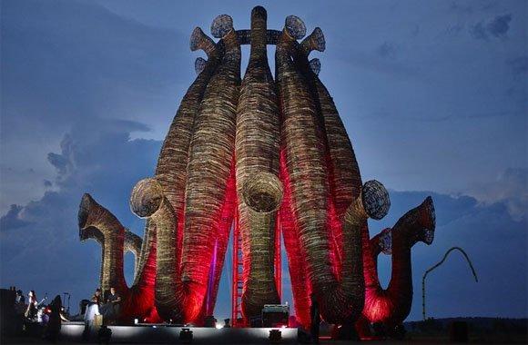 Riesen-Skulptur aus Naturstoffen