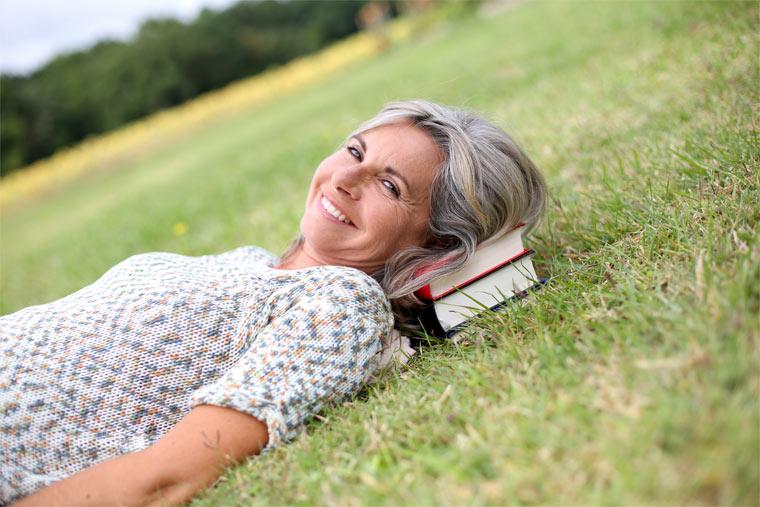 Ältere Frau mit Bücher
